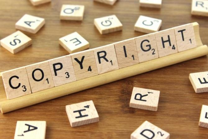 Imagen de la palabra copyright formada con piezas de madera.